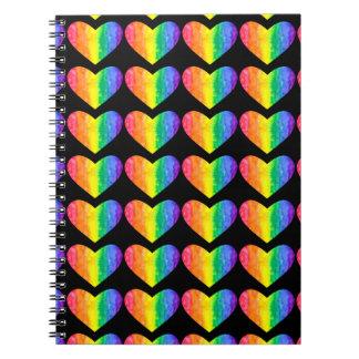Corazones del arco iris en el cuaderno negro