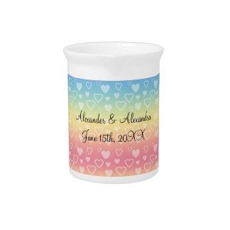 Corazones del arco iris que casan favores jarras de beber