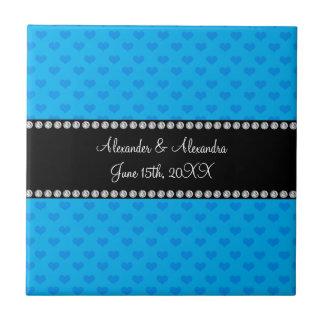 Corazones del azul de cielo que casan favores azulejo cuadrado pequeño