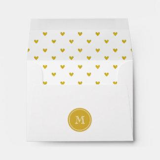 Corazones del brillo del oro con el monograma sobres