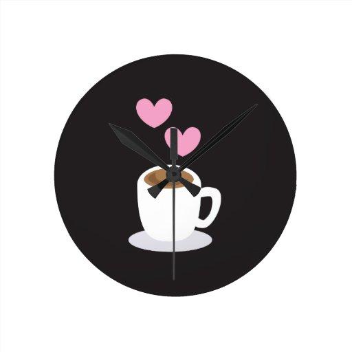 Corazones del café en negro reloj redondo mediano
