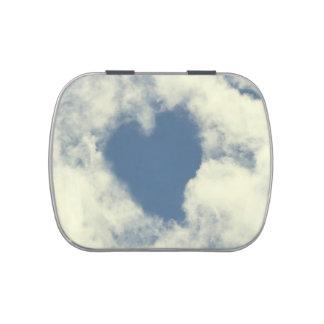 Corazones del cielo azul y de las nubes latas de caramelos