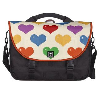 Corazones del color del arco iris en la crema bolsa para ordenador