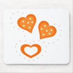 Corazones del naranja del día de San Valentín Tapetes De Ratones
