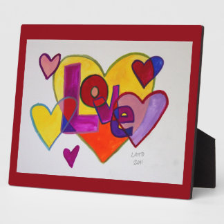 Corazones del remiendo del amor que pintan la placas de madera