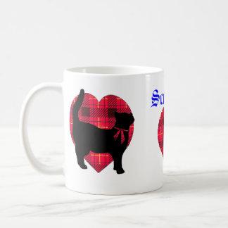 Corazones del tartán y taza afortunada del gato ne