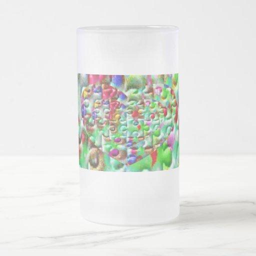 Corazones desconcertados coloreados taza