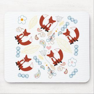 Corazones dibujados mano linda del Fox en rosa Mousepad