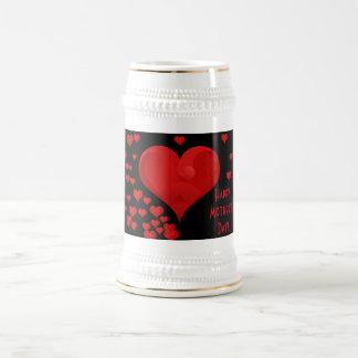 Corazones dulces románticos felices del amor del jarra de cerveza