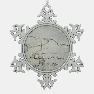 Corazones en el ornamento del copo de nieve de la adorno de peltre en forma de copo de nieve