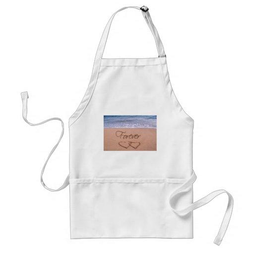 Corazones en la arena para siempre delantal