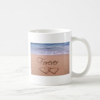 Corazones en la arena para siempre taza