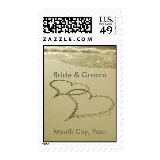 Corazones en la arena y la resaca para casarse timbres postales