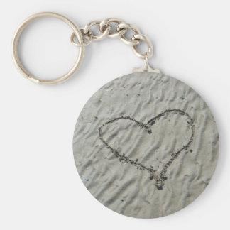 Corazones en las ondulaciones de la arena llavero personalizado