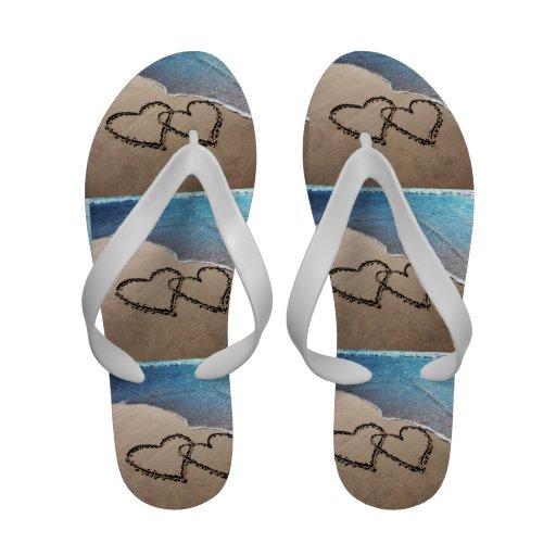 Corazones en las sandalias del flip-flop del tema