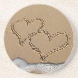 Corazones en los prácticos de costa de la arena posavasos diseño