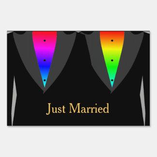Corazones encendidos con la muestra gay de la señal