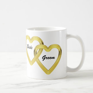 Corazones entrelazados novia y novio del oro taza