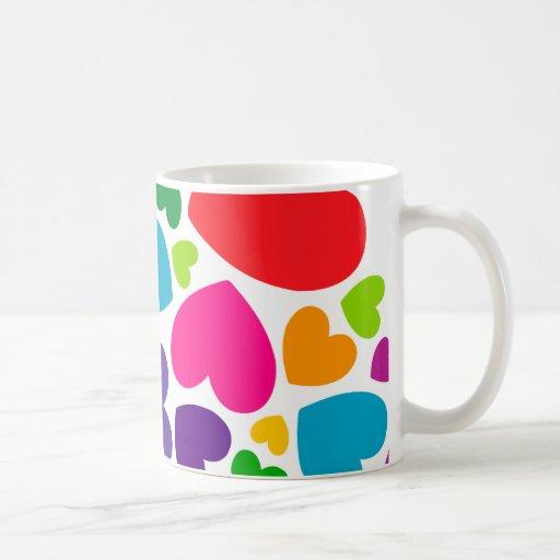 Corazones femeninos coloridos brillantes tazas