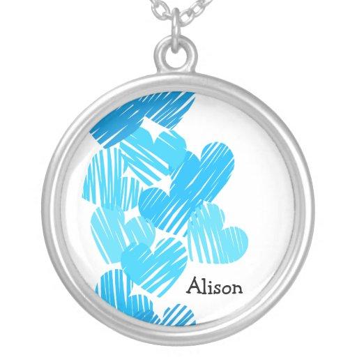 Corazones incompletos azules con el collar conocid