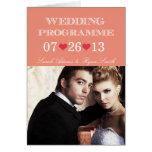 Corazones lindos doblados casando programa con la tarjeta de felicitación