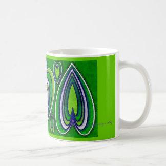 corazones ornamentales del verde de la taza