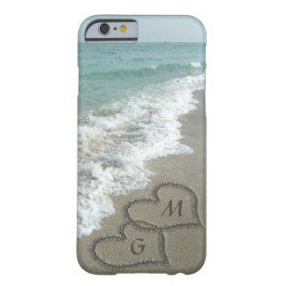 Corazones personalizados de la arena en la playa funda de iPhone 6 barely there
