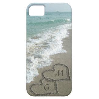Corazones personalizados de la arena en la playa iPhone 5 carcasa