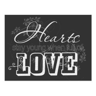Corazones por completo de la cita del amor postales