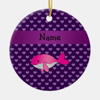 Corazones púrpuras personalizados de la ballena adorno redondo de cerámica