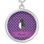 Corazones púrpuras personalizados del pingüino con collares