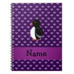 Corazones púrpuras personalizados del pingüino con libros de apuntes con espiral