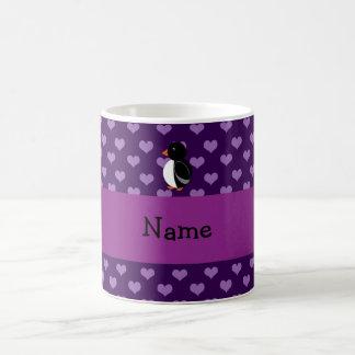 Corazones púrpuras personalizados del pingüino con tazas de café
