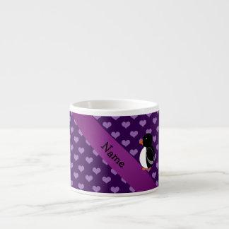 Corazones púrpuras personalizados del pingüino taza espresso
