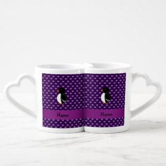 Corazones púrpuras personalizados del pingüino taza para parejas