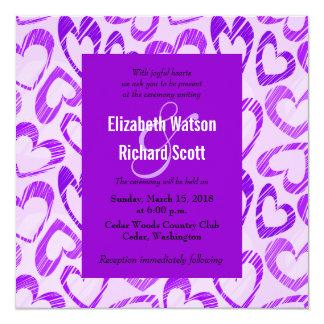 Corazones púrpuras que casan la invitación invitación 13,3 cm x 13,3cm