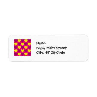 Corazones púrpuras y amarillos de la diversión en  etiqueta de remite