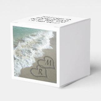 Corazones que entrelazan en la arena de la playa caja para regalo de boda