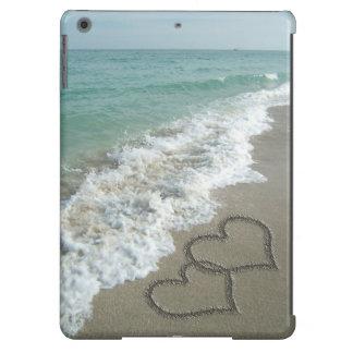 Corazones que entrelazan en la arena de la playa funda para iPad air