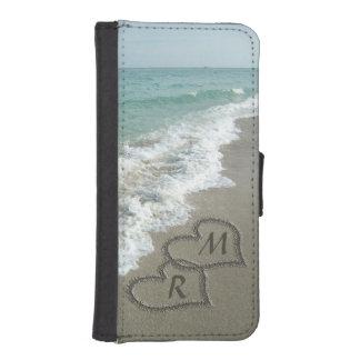 Corazones que entrelazan en la arena de la playa funda tipo billetera para iPhone 5