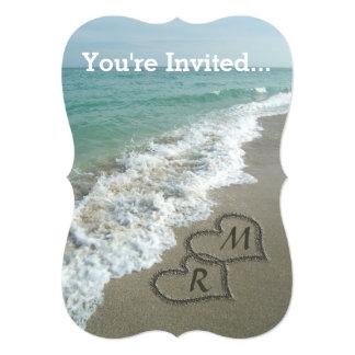 Corazones que entrelazan en la arena de la playa anuncio personalizado