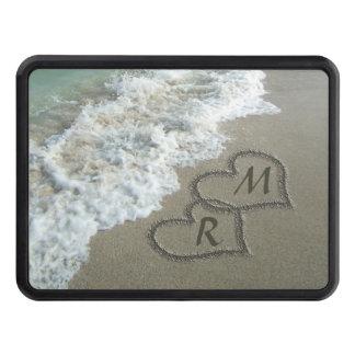 Corazones que entrelazan en la arena de la playa tapas de tráiler