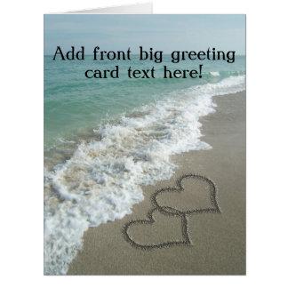 Corazones que entrelazan en la arena de la playa tarjeta de felicitación grande