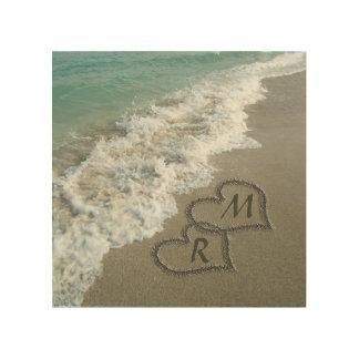 Corazones que entrelazan en la arena de la playa cuadros de madera