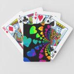 Corazones retros del arco iris en negro baraja de cartas
