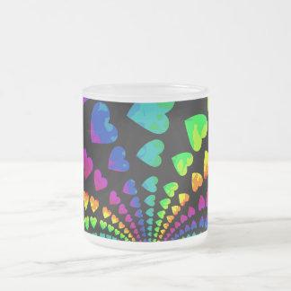 Corazones retros del arco iris taza de cristal