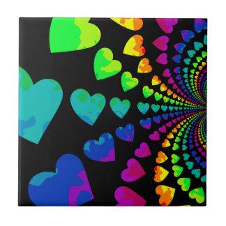 Corazones retros lindos del arco iris azulejo cuadrado pequeño