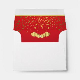 Corazones rojos alineados del confeti y del sobres
