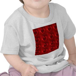 corazones rojos de la llama camiseta