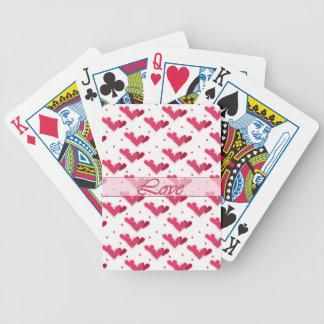 Corazones rojos del amor en los naipes blancos baraja cartas de poker